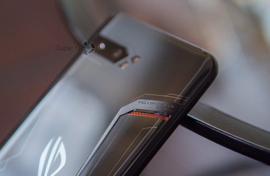 Отверстие для вывода тепла из корпуса смартфона ASUS ROG Phone 2