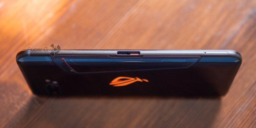 Разъём USB Type-C на боковом торце ASUS ROG Phone 2 для подключения аксессуаров