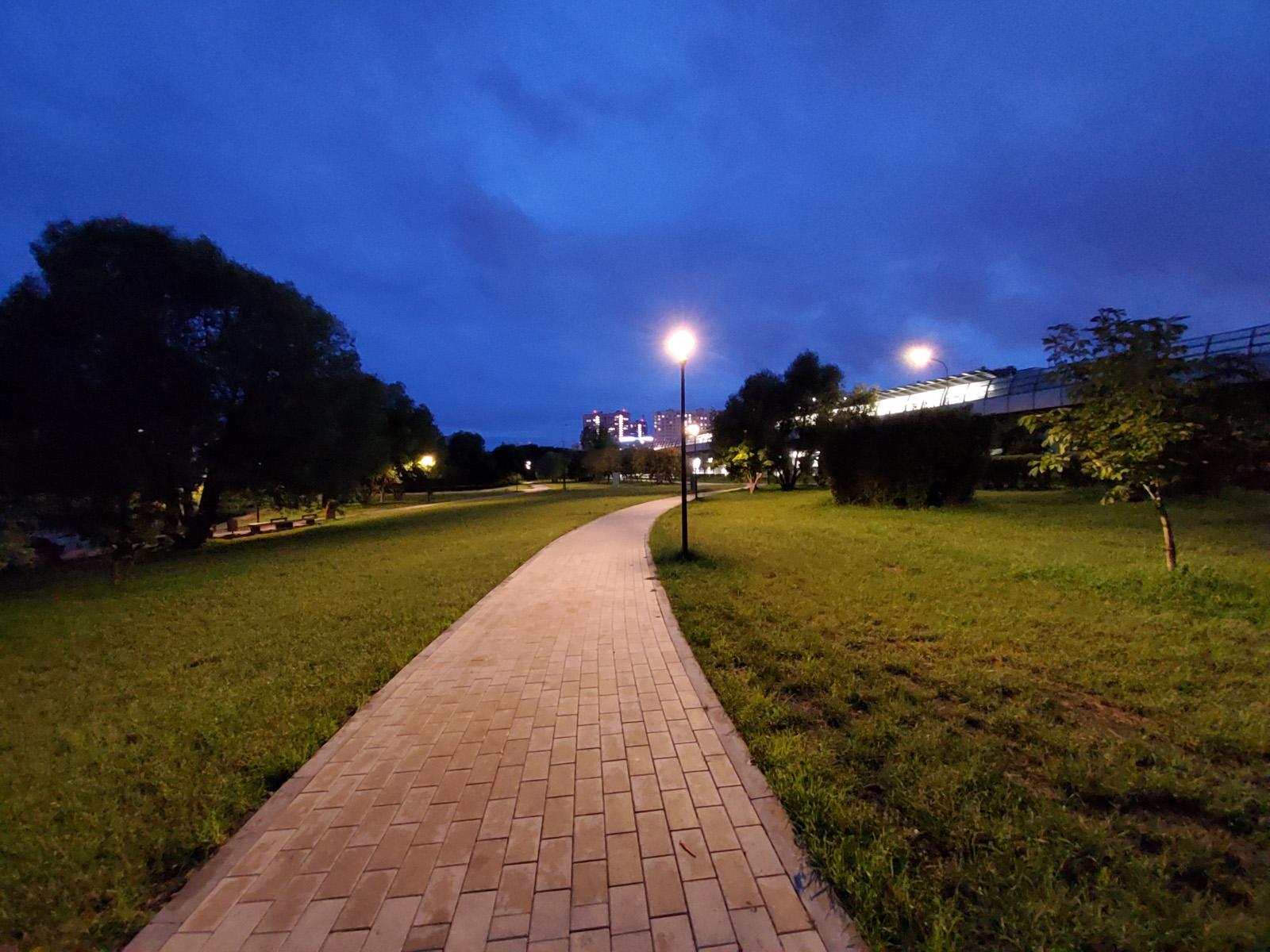 Пример ночного фото с широкоугольной камеры Samsung Galaxy Tab S6