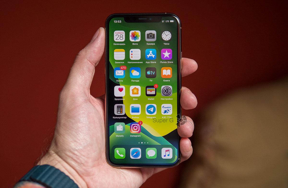 iPhone 11 Pro в руке