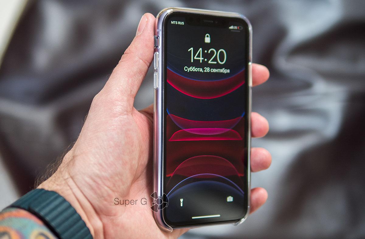 iPhone 11 в фирменном чехле Apple