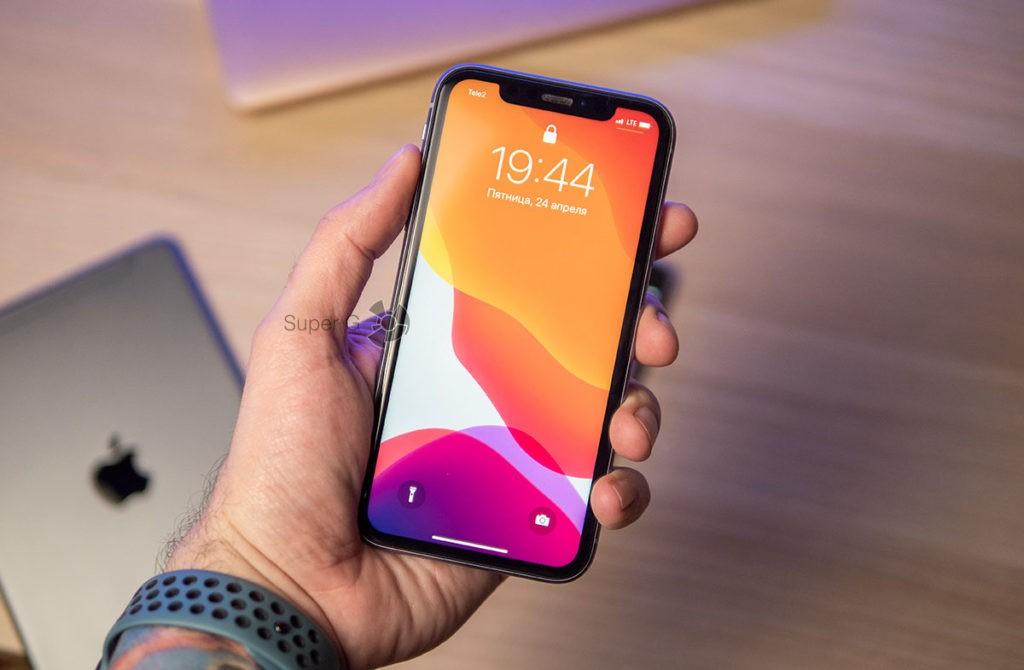 Смартфон iPhone 11 в руке
