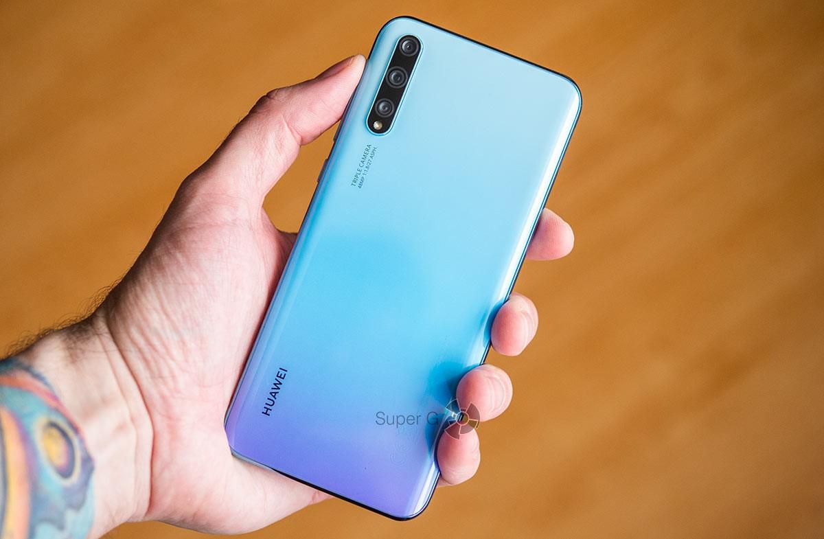 Huawei Y8p без чехла - в руке