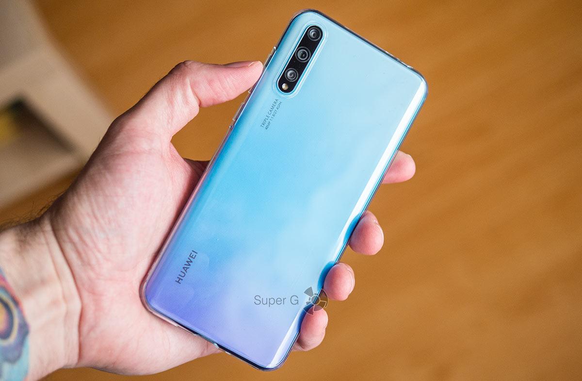 Huawei Y8p в чехле из комплекта