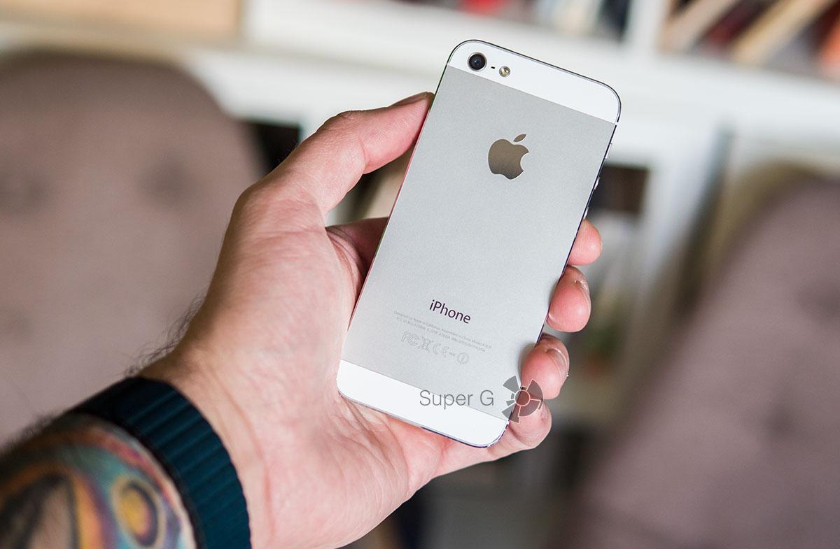 Как iPhone 5 лежит в руке