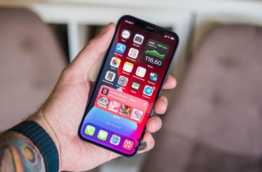 Как iPhone 12 лежит в руке