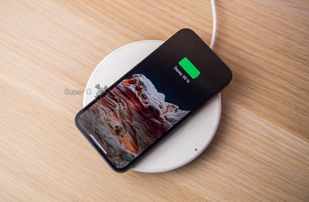 iPhone 12 mini на беспроводной зарядке Belkin 7,5 ватт
