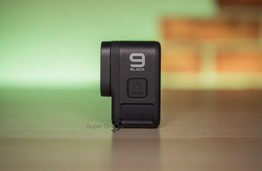Кнопка включения GoPro HERO 9 Black и микрофон под пластиковым кожухом