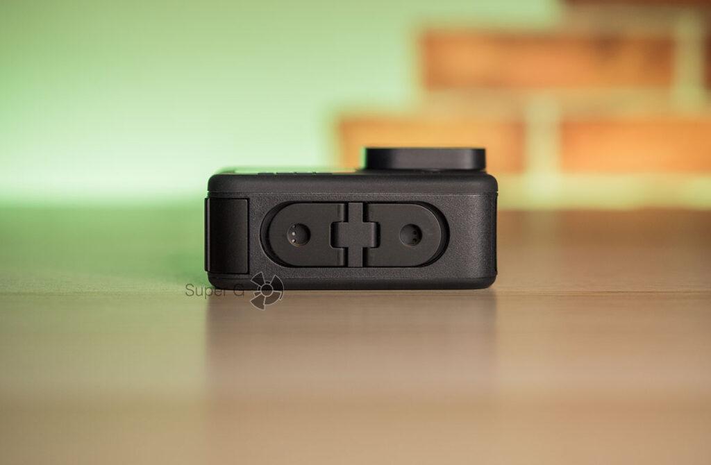 Петли для крепления GoPro HERO 9 Black к селфи-палке встроены в корпус