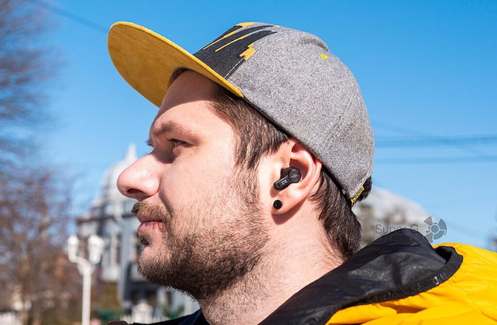 Посадка наушников ZTE LiveBuds в ушах
