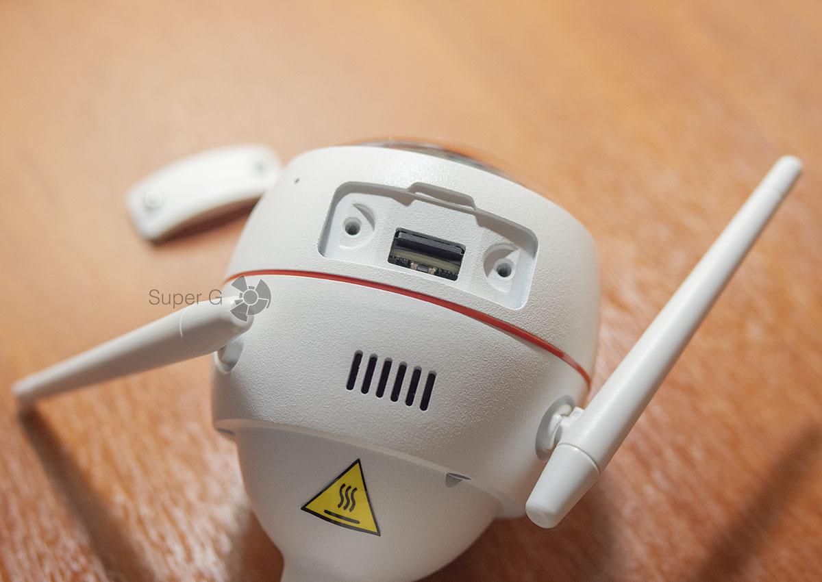 Кнопка сброса Ezviz C3W Pro и слот для карты памяти micro SD