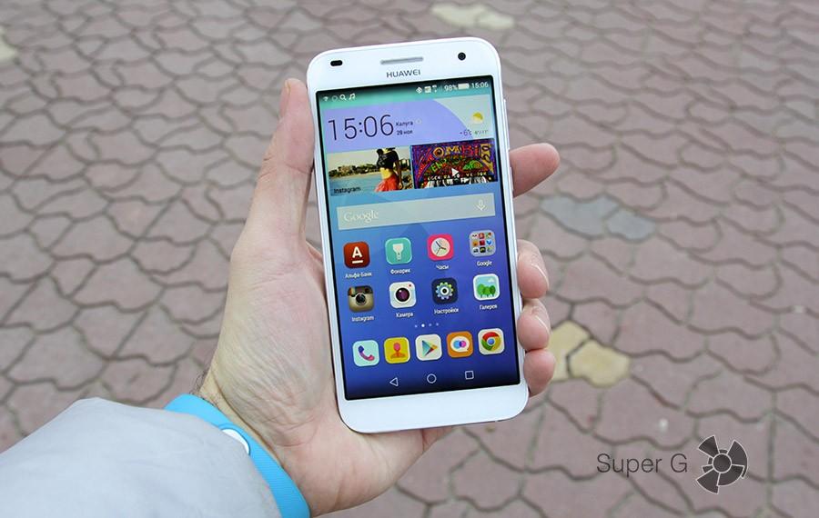 Huawei Ascend G7 в руке