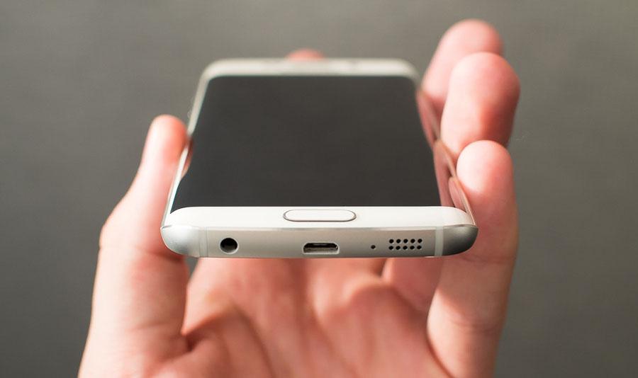 Samsung Galaxy S6 Edge в руке
