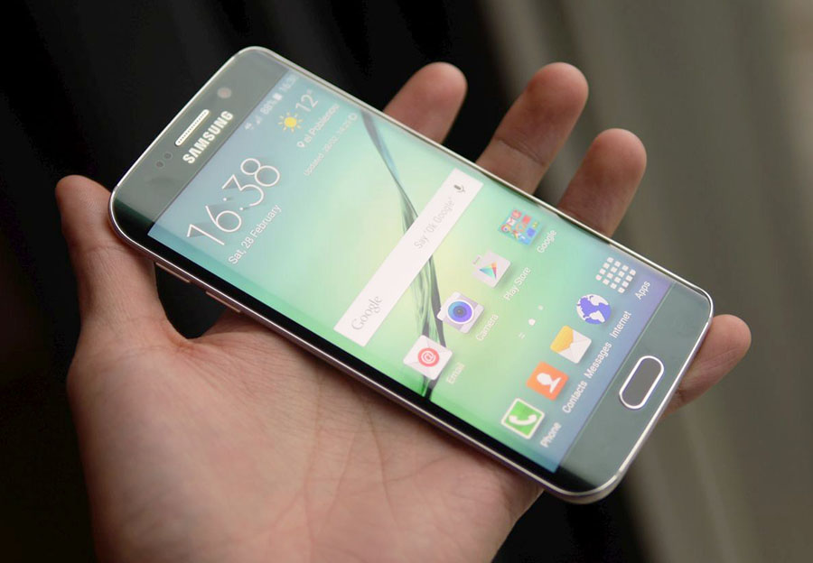 Samsung Galaxy S6 Edge в руках