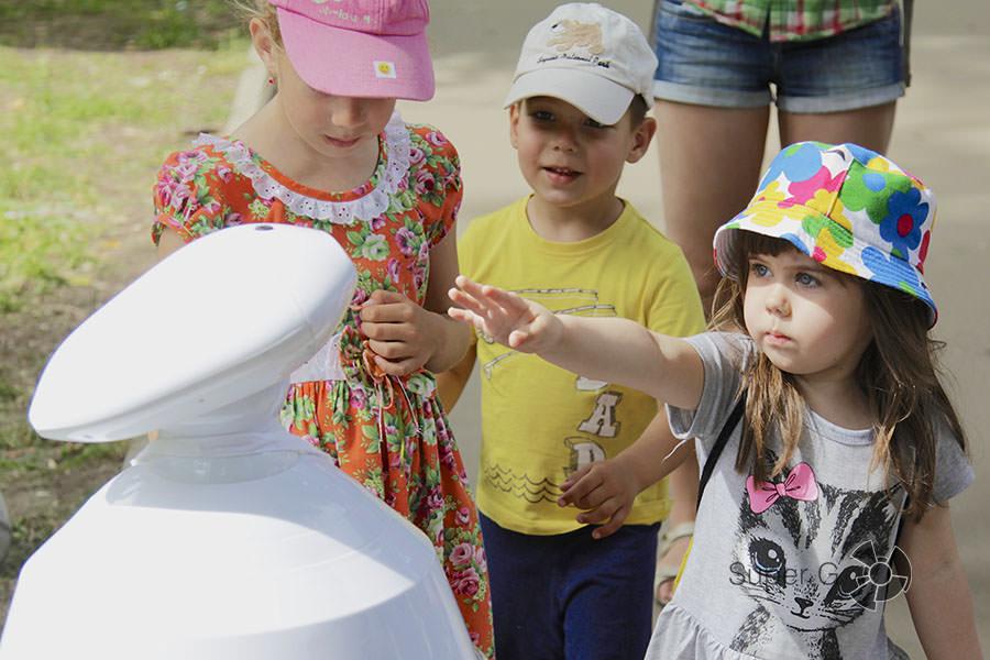 Дети радуются фестивалю Geek Picnic 2015 в Москве
