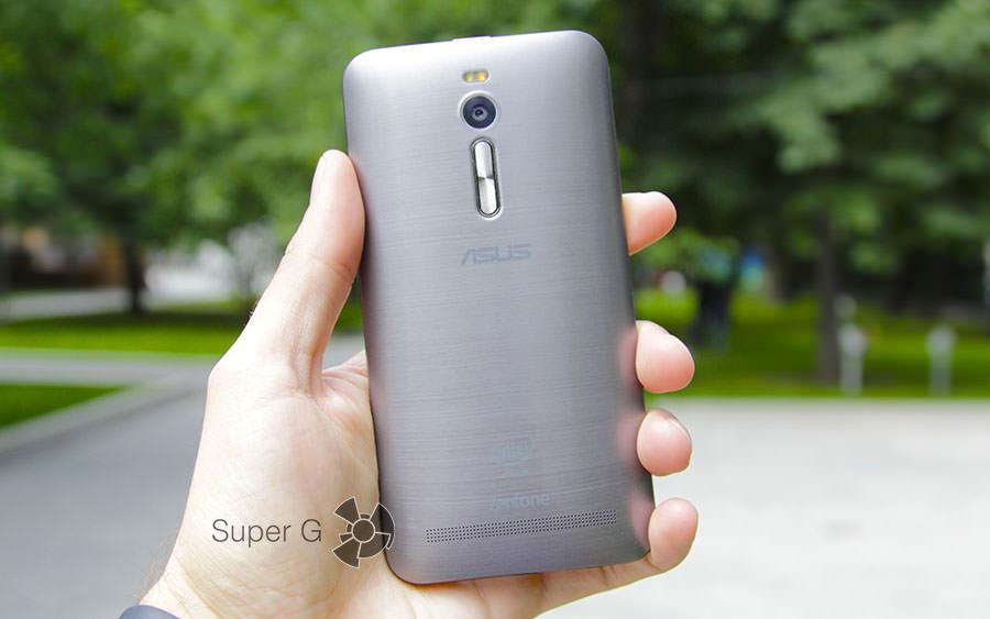 Задняя сторона смартфона Asus Zenfone 2 ZE551ML