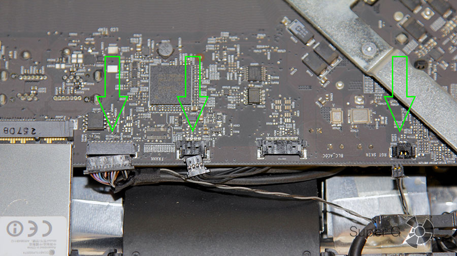Три коннектора на границе материнской платы iMac 27