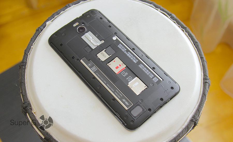 Под крышкой аккумуляторного отсека Asus Zenfone 2 ZE550ML