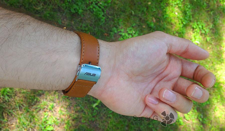 Asus Zenwatch на руке (тыльная сторона)