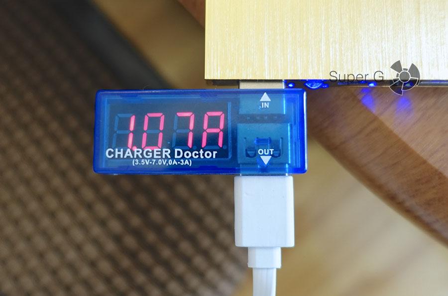 Процесс зарядки портативного аккумулятора
