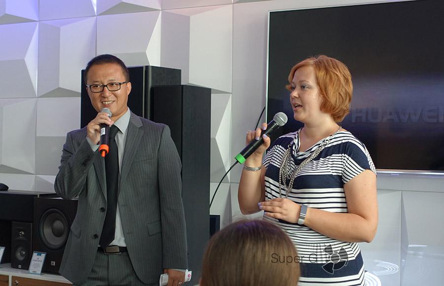 Представителя Huawei презентуют новинку Huawei MediaPad M2
