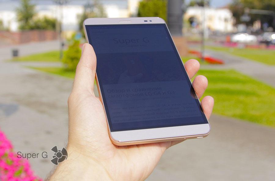 Huawei MediaPad X2 в руках