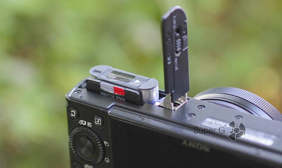 Слот для установки карты памяти и аккумулятора в Sony RX100M3