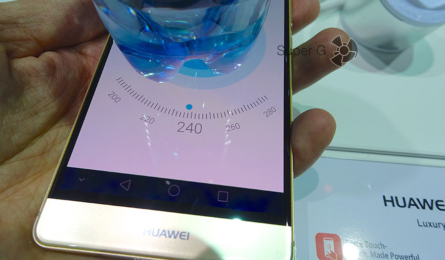 Меряем вес бутылки при помощи Huawei Mate S