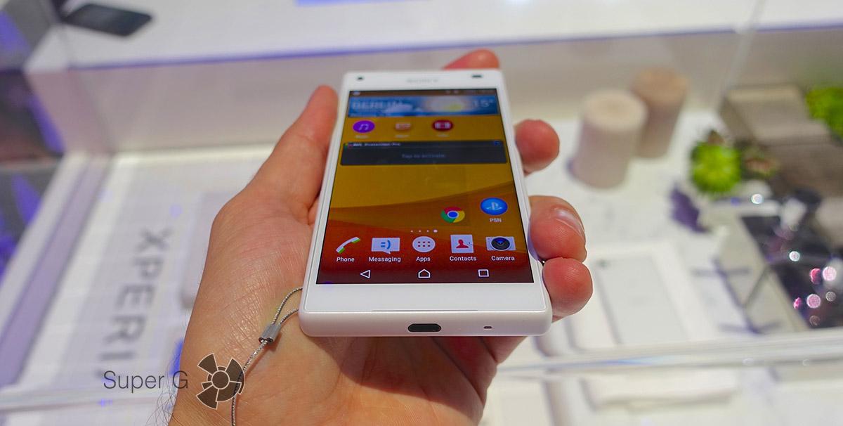 Смартфон Sony Xperia Z5 Compact в руках