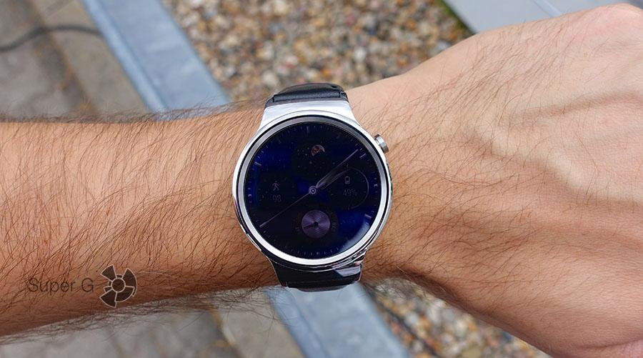 Huawei Watch на руке, примерка