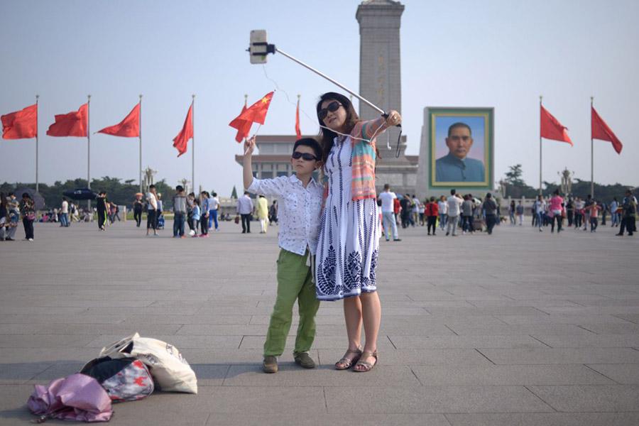Китайцы с селфи-палкой