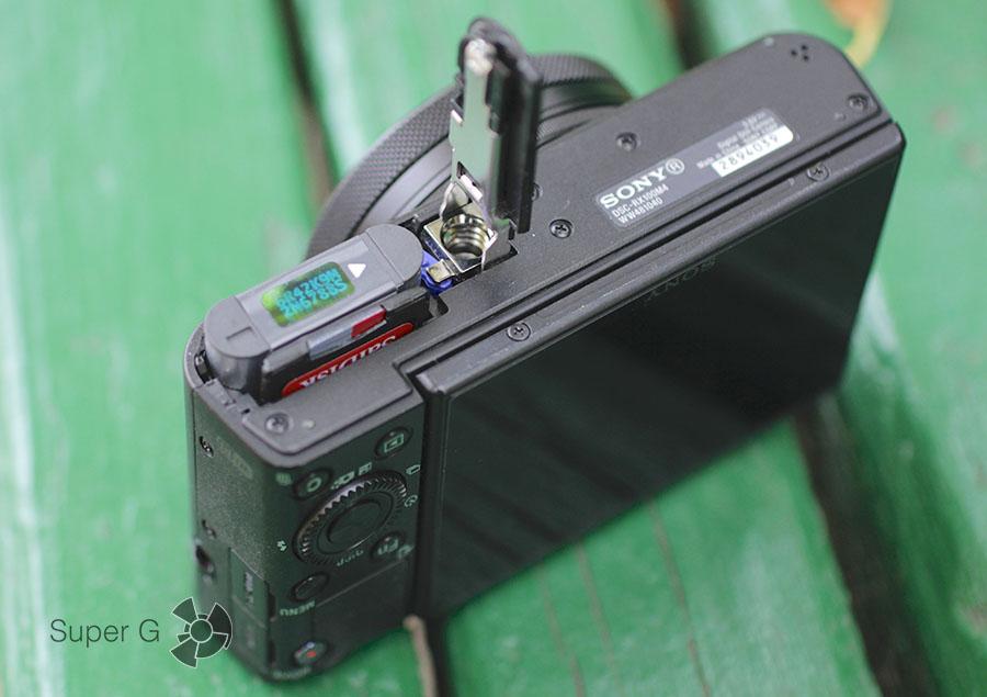 Отсек для батареи и карты памяти