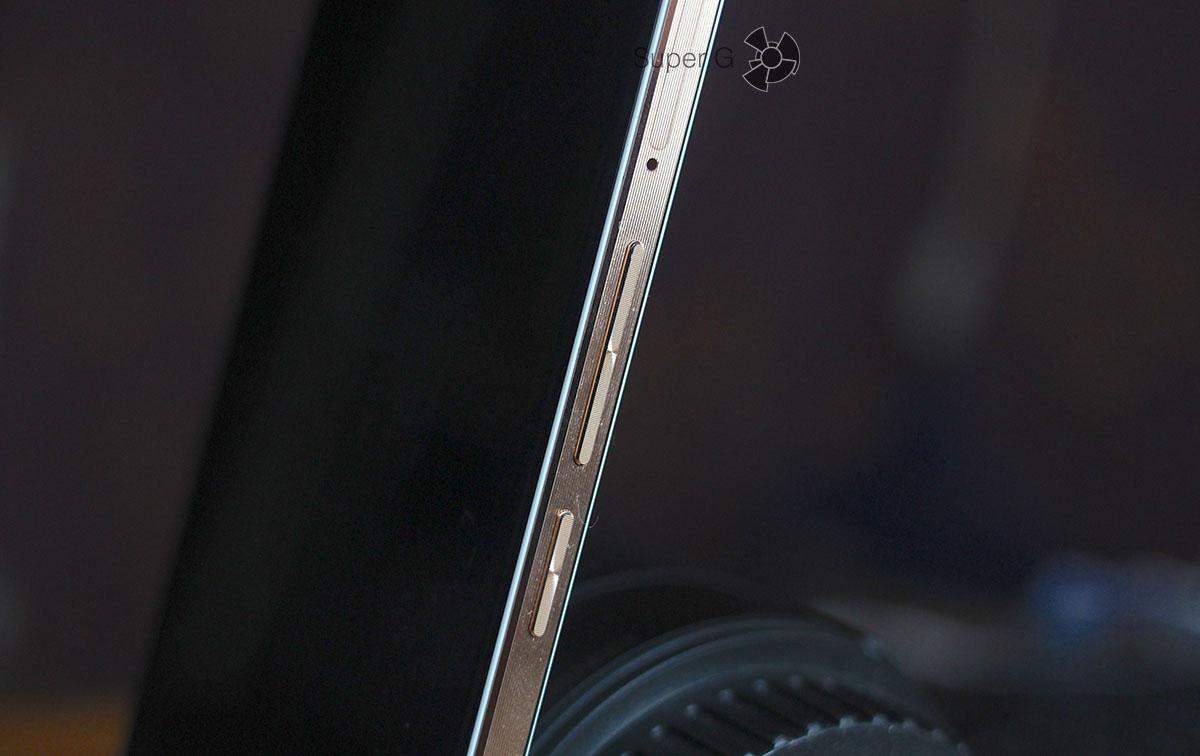 Боковые кнопки с противоположного торца смартфона