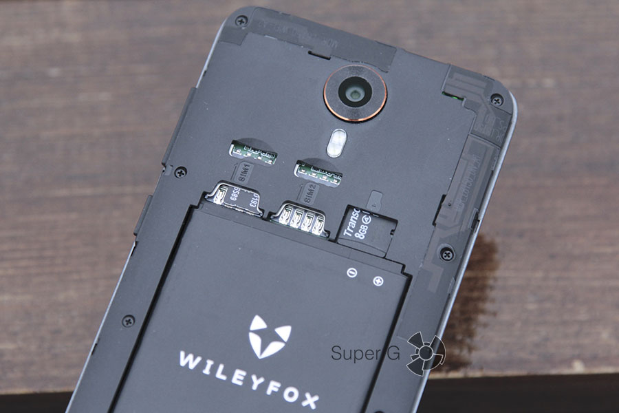 Слоты для Micro SIM карт и карточки памяти в Wileyfox Swift