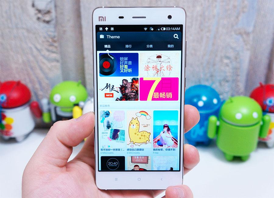 На фото Xiaomi Mi4 белого цвета