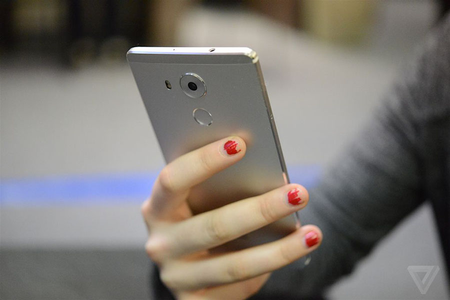 Huawei Mate 8 в руках