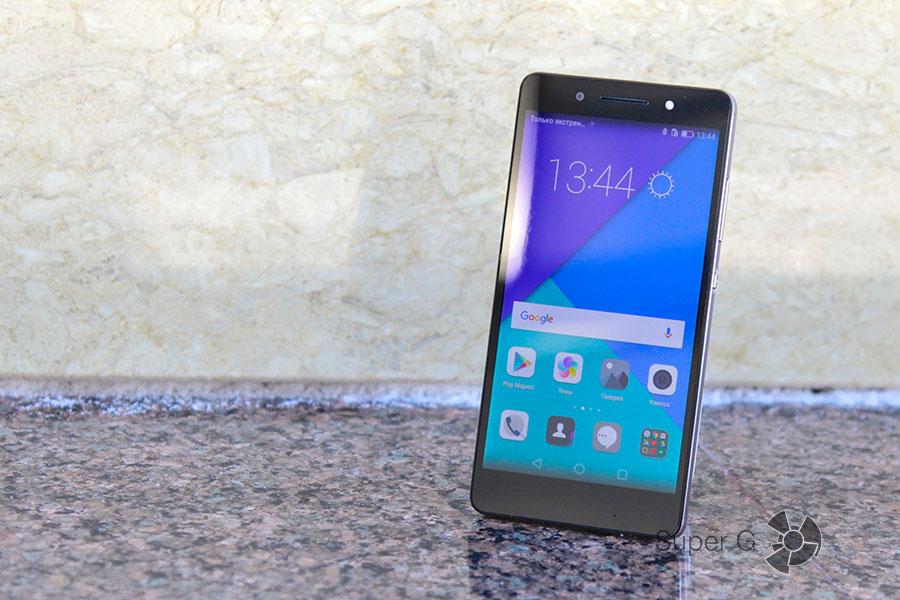 Черный смартфон Honor 7