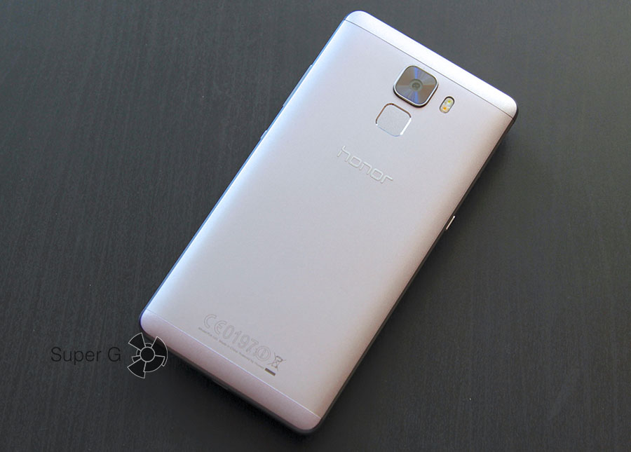 Задняя часть смартфона Huawei Honor 7