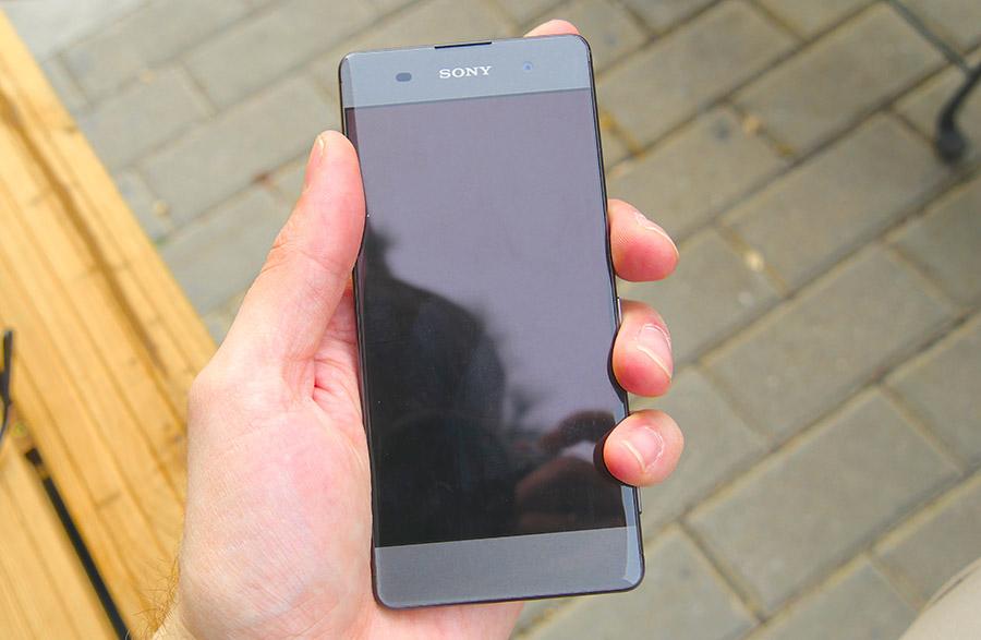 На дисплее Sony Xperia XA видны следы отпечатков пальцев