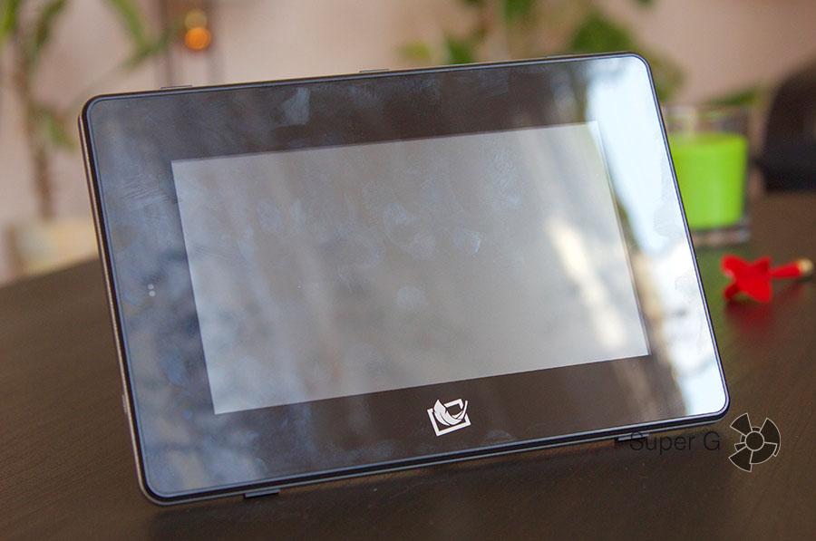 Поверхность экрана подвержена скоплению отпечатков пальцев