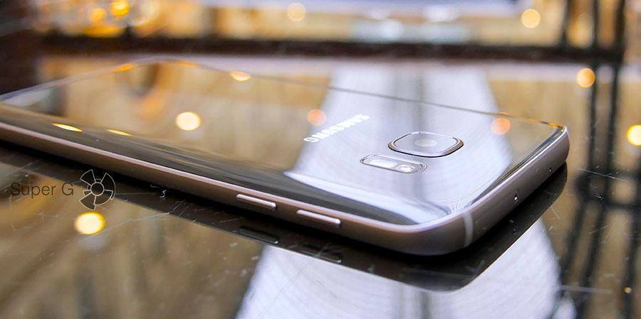 Задняя камера выпирает над корпусом Samsung Galaxy S7