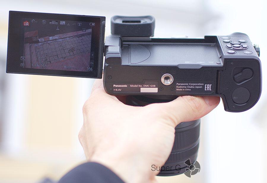 Отсек для батареи и карты памяти в Panasonic DMC-GX8Н