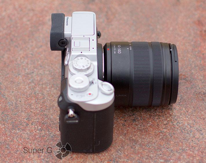 Panasonic DMC-GX8Н с объективом LUMIX G VARIO 14-140 мм в сложенном состоянии