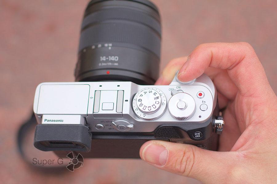 Как Panasonic DMC-GX8Н лежит в руке