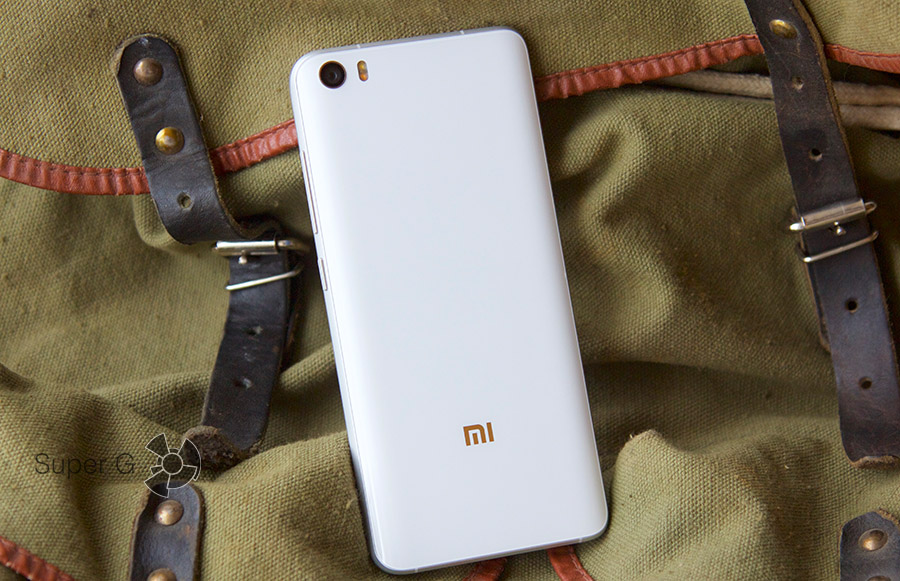 Сзади Xiaomi Mi5 установлено защитное стекло Gorilla Glass 4