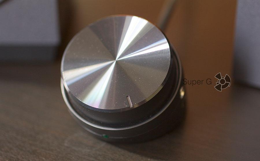 Насечка на поверхности пульта управления акустикой