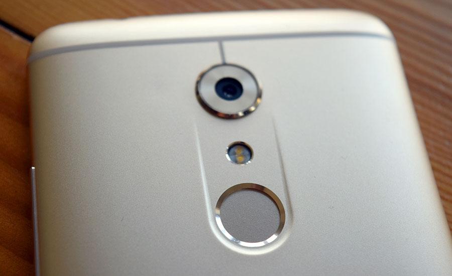 Камера и сканер отпечатков пальцев ZTE Axon 7