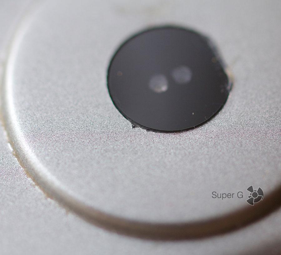 Пластиковая тыльная сторона имеет незначительные огрехи при производстве