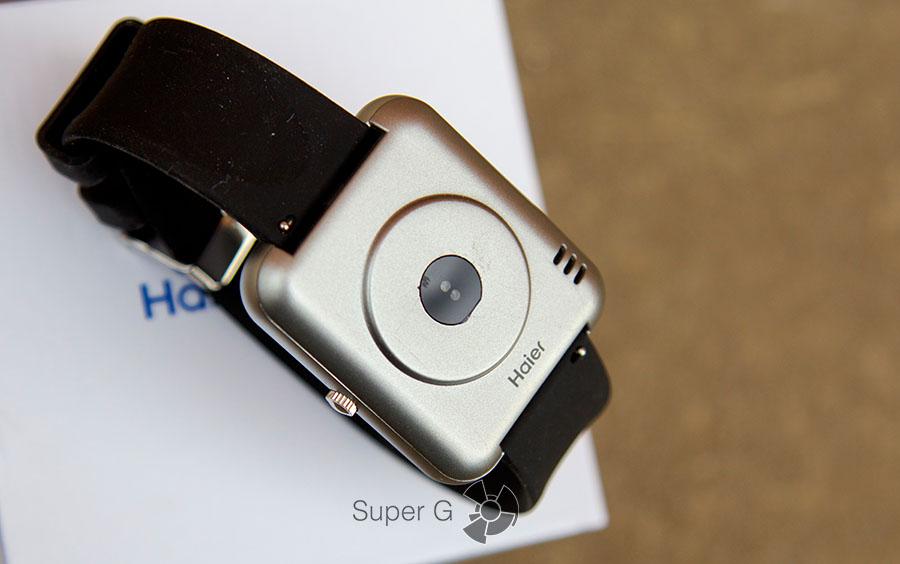 Тыльная сторона Haier Watch V1 выполнена из пластика
