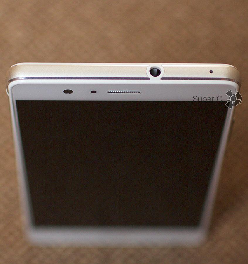 Разъем 3,5 мм находится на верхней грани смартфона P9 Lite